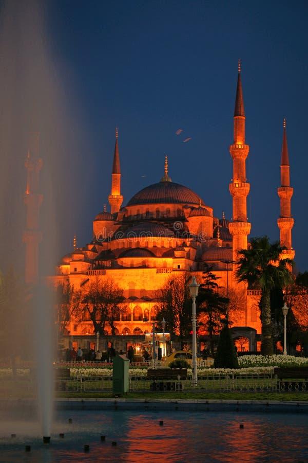 Opinião da noite da mesquita (azul) de Sultanahmet (Istambul) foto de stock