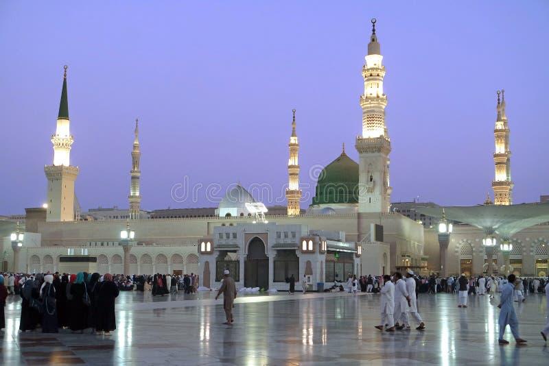 Opinião da noite da mesquita de Nabawi, Medina, Arábia Saudita imagens de stock royalty free