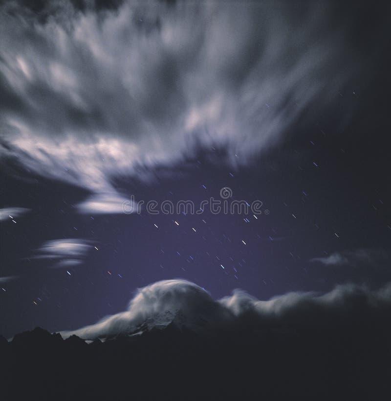 opinião da noite da montanha da trilha da estrela fotografia de stock royalty free