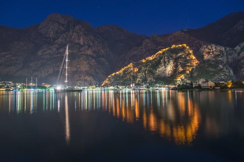 Opinião da noite da parede da fortaleza de Kotor até a montanha de Lovcen Montene imagens de stock