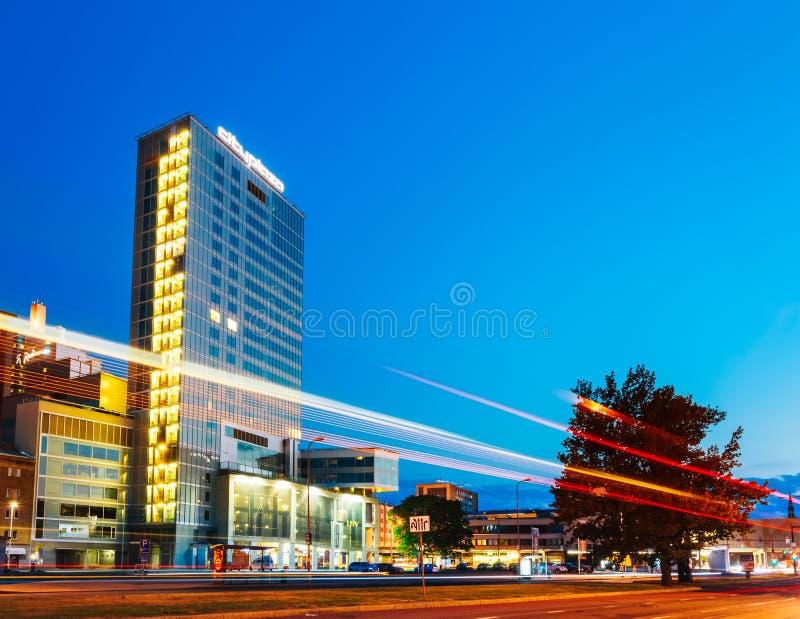 Opinião da noite da plaza da cidade em Tallinn, Estônia fotografia de stock