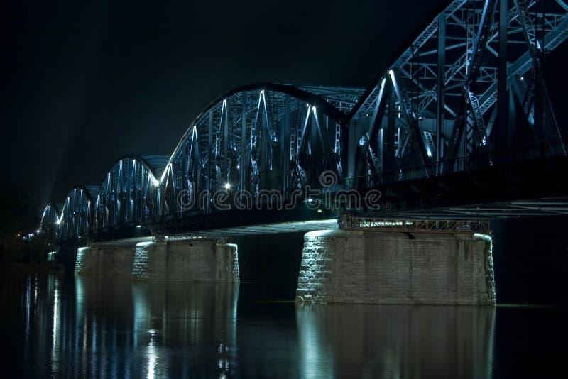 Opinião da noite da ponte da estrada em Torun, Polônia imagens de stock royalty free