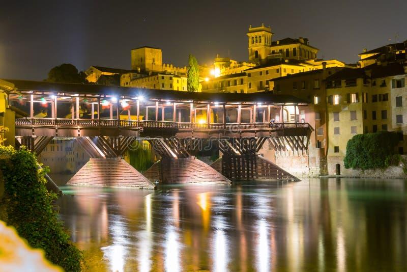Opinião da noite da ponte de Alpines em Bassano del Grappa, Itália fotos de stock royalty free