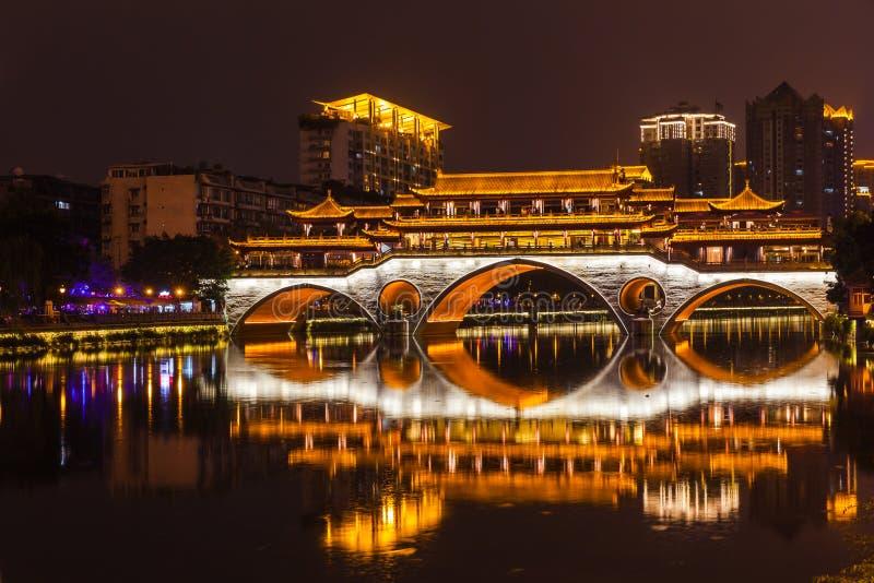 Opinião da noite da ponte de Anshun em Chengdu fotografia de stock