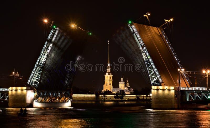 Opinião da noite da ponte do palácio em St Petersburg imagem de stock royalty free