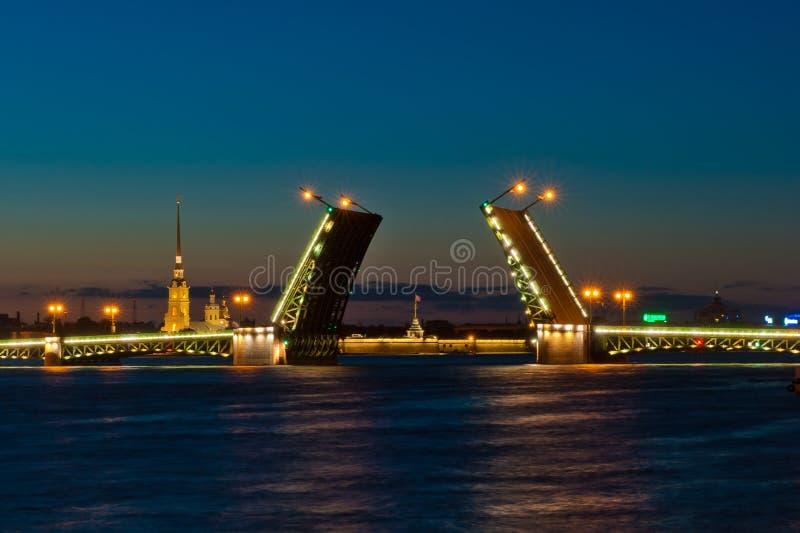 Opinião da noite da ponte do palácio, St Petersburg foto de stock royalty free