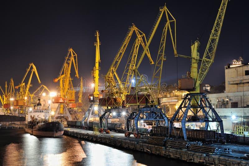Opinião da noite da porta e do navio industriais fotografia de stock royalty free