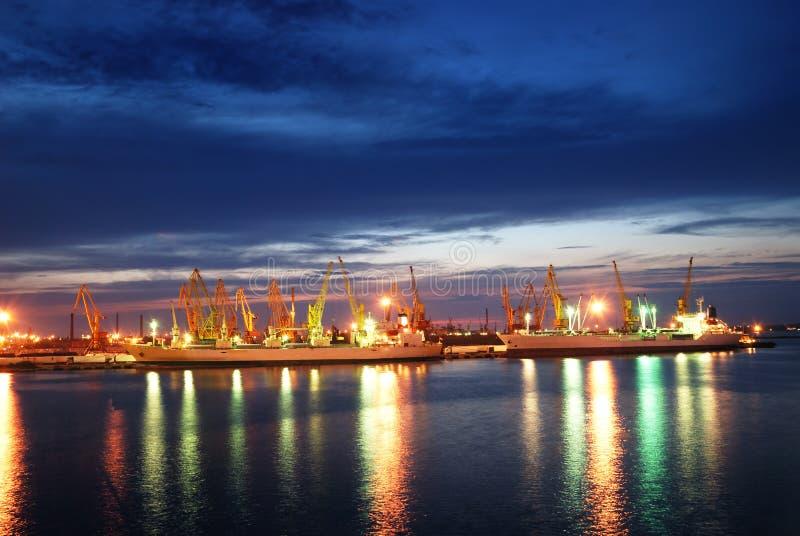 Opinião da noite da porta e do navio industriais imagens de stock royalty free