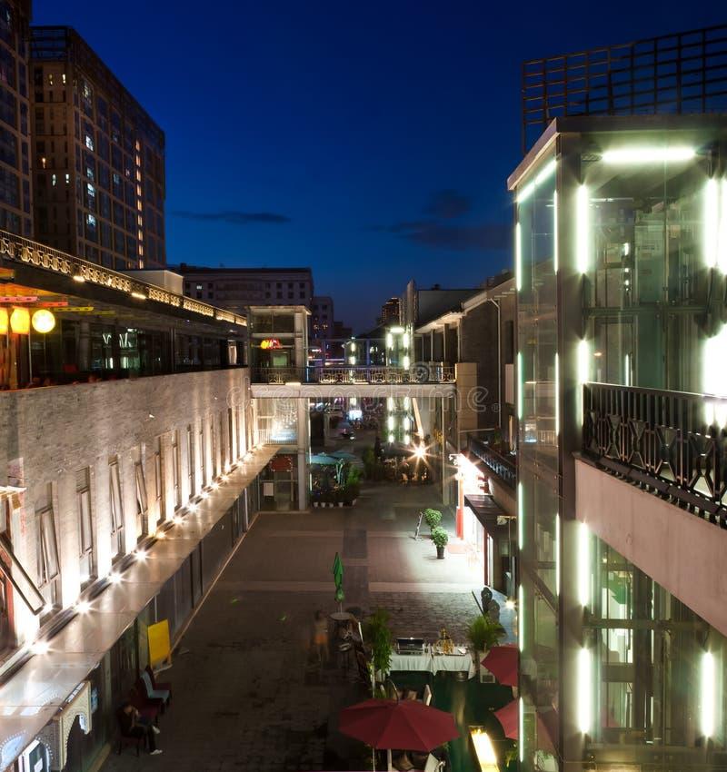 Opinião da noite da rua da barra foto de stock