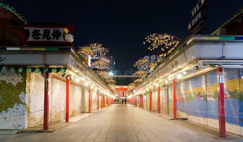 Opinião da noite da rua da compra de Asakusa Nakamise foto de stock royalty free