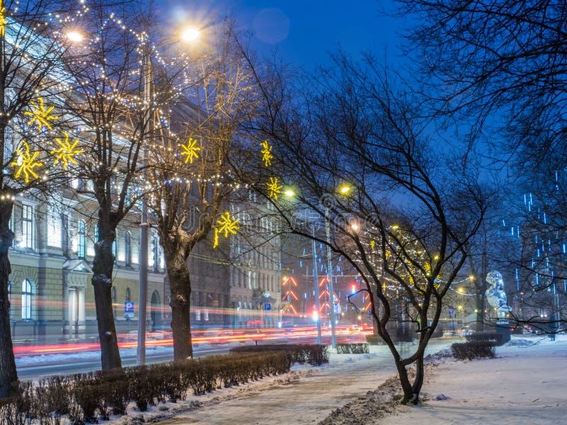 Opinião da noite da rua de Riga em Christmass imagem de stock royalty free