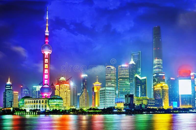 Opinião da noite da skyline na área nova de Pudong, Shanghai imagens de stock