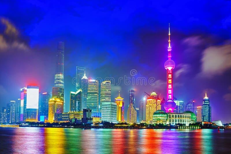 Opinião da noite da skyline na área nova de Pudong, Shanghai fotografia de stock