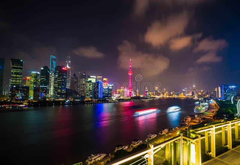 Opinião da noite da skyline na área nova de Pudong, Shanghai fotos de stock