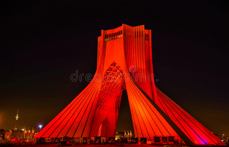 Opinião da noite da torre de Azadi em Tehran fotos de stock