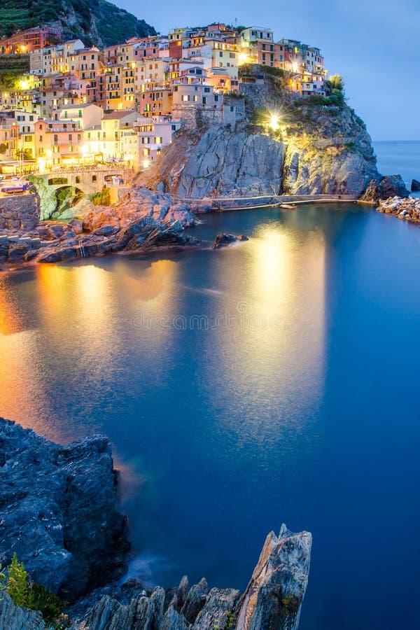 Opinião da noite da vila colorida Manarola, Cinque Terre fotos de stock royalty free