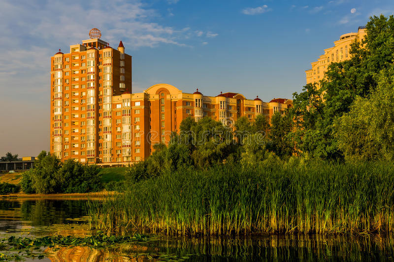 Download Construções Perto Da Lagoa Em Kiev Foto de Stock - Imagem de reflexão, edifício: 29842546