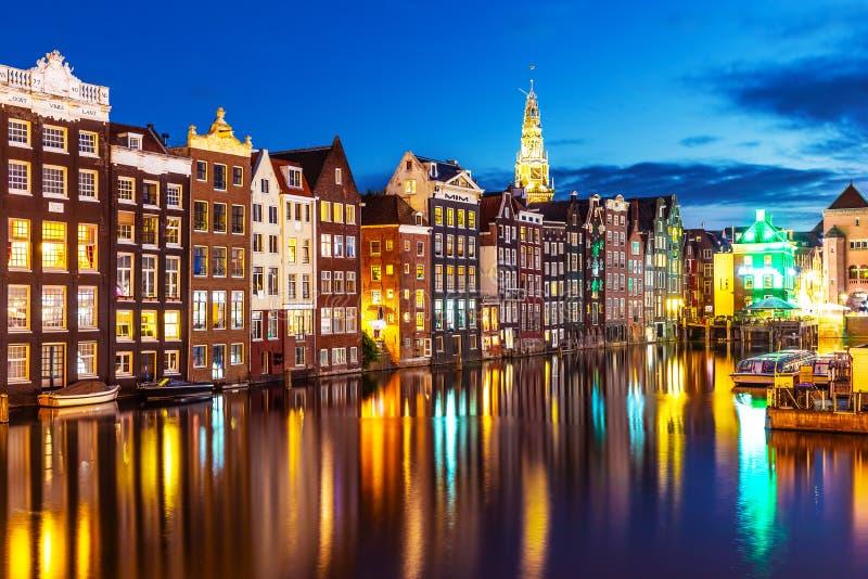 Opinião da noite de Amsterdão, Países Baixos fotografia de stock royalty free