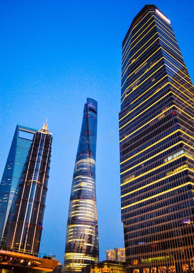 Opinião da noite de arranha-céus de China Shanghai no distrito de Pudong fotografia de stock royalty free