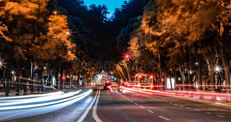 Opinião da noite de Avenida de liberadad em um formulário longo da exposição imagens de stock