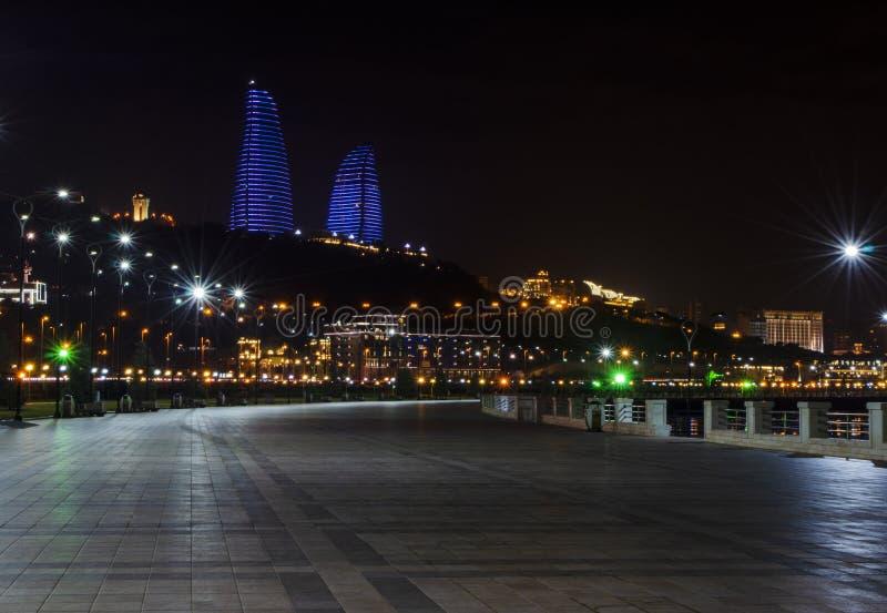 Opinião da noite de Baku com as torres da chama e o bulevar nacional foto de stock