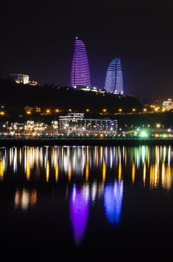 Opinião da noite de Baku com as torres da chama e o bulevar nacional fotografia de stock royalty free