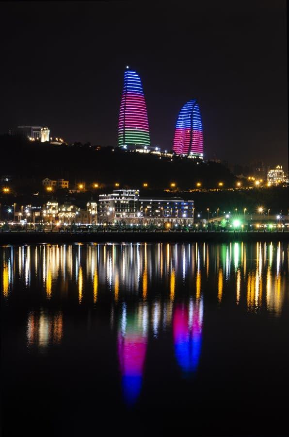 Opinião da noite de Baku com as torres da chama e o bulevar nacional imagens de stock