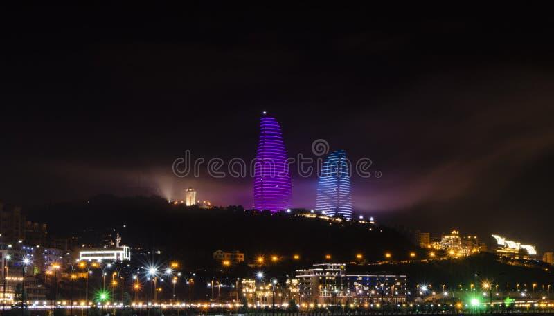 Opinião da noite de Baku com as torres da chama e o bulevar nacional foto de stock royalty free