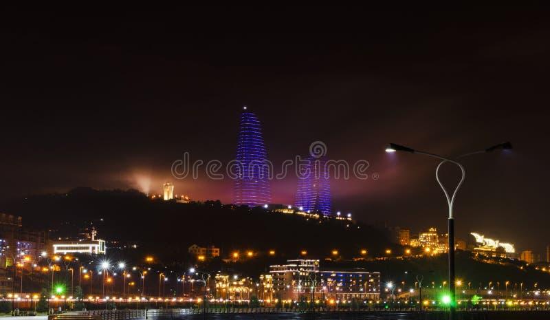 Opinião da noite de Baku com as torres da chama e o bulevar nacional imagem de stock royalty free