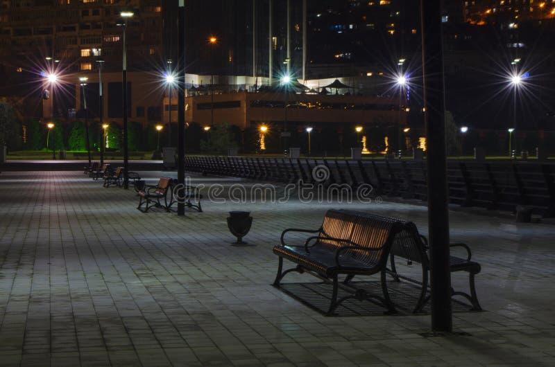 Opinião da noite de Baku com as torres da chama e o bulevar nacional fotos de stock royalty free