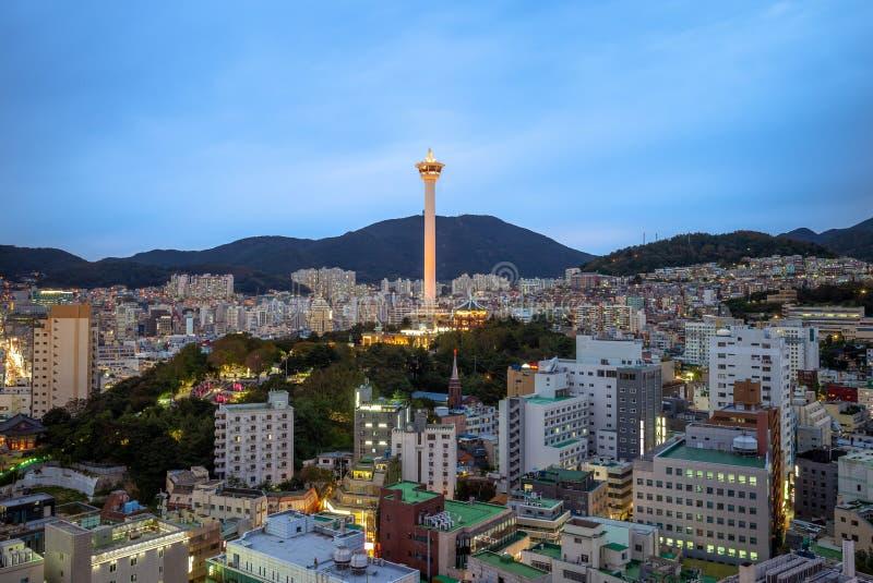 Opinião da noite de busan com a torre de busan em Coreia fotografia de stock