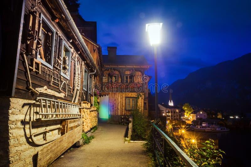Opinião da noite de casas autênticas em Hallstatt, Áustria fotografia de stock