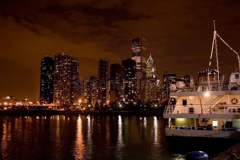 Opinião da noite de Chicago do cais da marinha imagem de stock