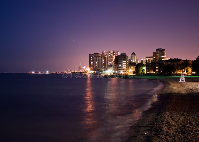 Opinião da noite de Chicago, lado norte distante imagem de stock