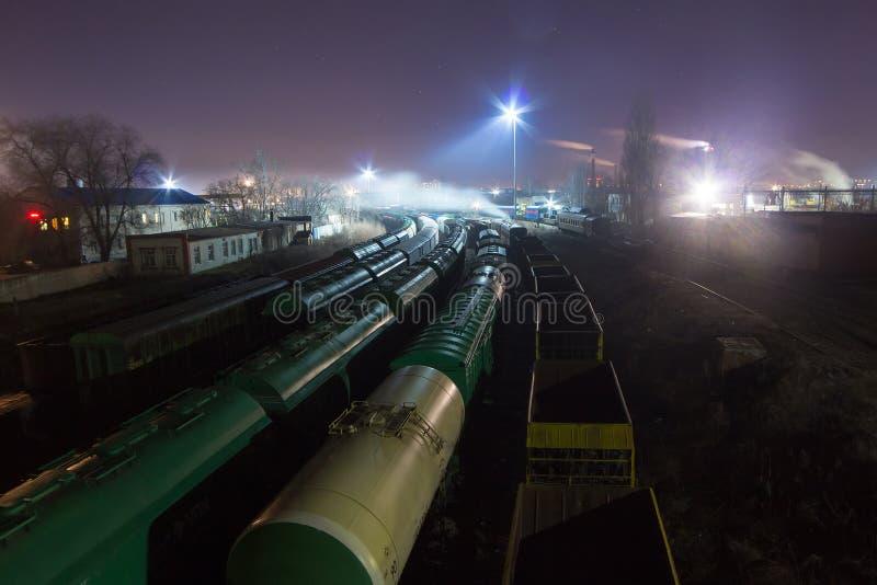 Opinião da noite de cima na estrada de ferro Trens da mercadoria, vagões do frete e reservatórios imagens de stock