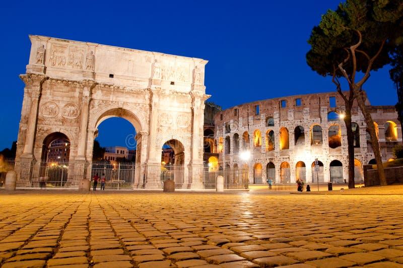 Opinião da noite de Colosseo e de Arco di Constantino fotos de stock