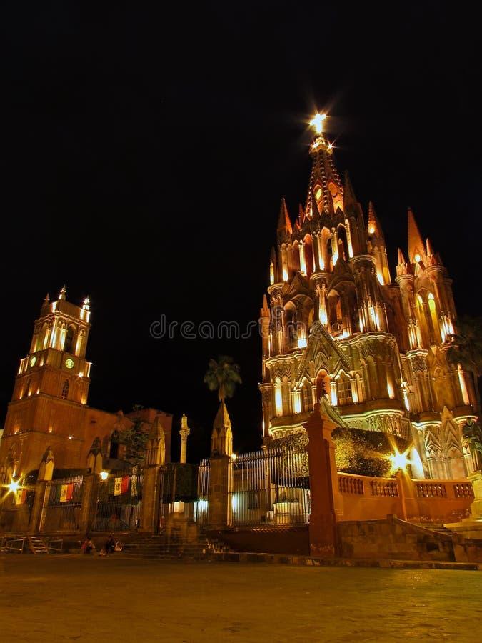 Opinião da noite de La Parroquia de San Miguel Arcangel e de torre de pulso de disparo em San Miguel de Allende fotografia de stock royalty free