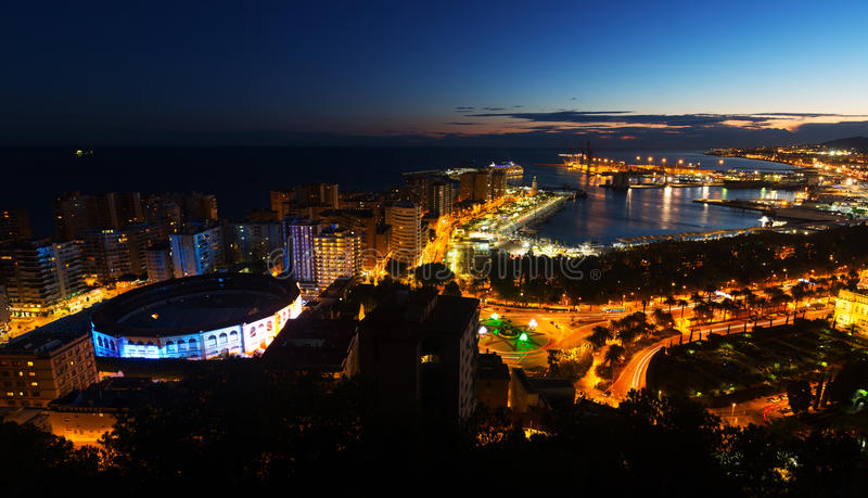 Opinião da noite de Malaga foto de stock