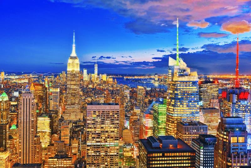 Opinião da noite de Manhattan da plataforma de observação do ` s do arranha-céus foto de stock