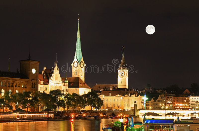 A opinião da noite de marcos principais em Zurique foto de stock royalty free
