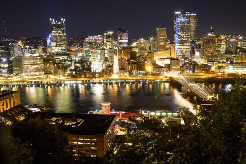 Opinião da noite de Pittsburgh do centro ao longo da margem do rio de Monongahela fotografia de stock royalty free