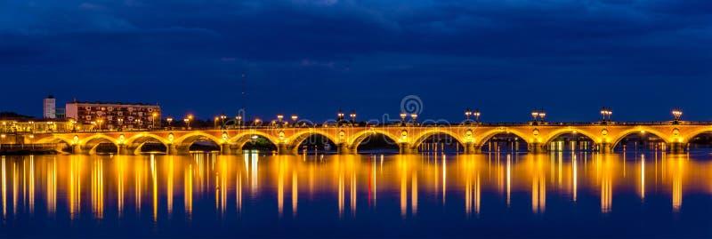 Opinião da noite de Pont de Pierre no Bordéus - França imagens de stock