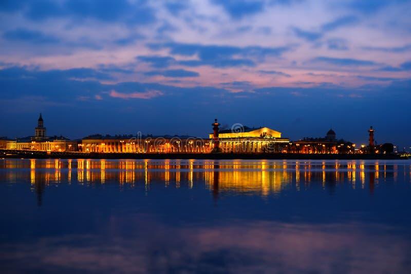 Opinião da noite de Saint-Peterburg sobre o rio imagem de stock