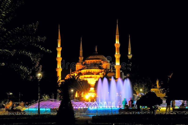 Opinião da noite de Sultan Ahmed Mosque e da fonte imagem de stock royalty free