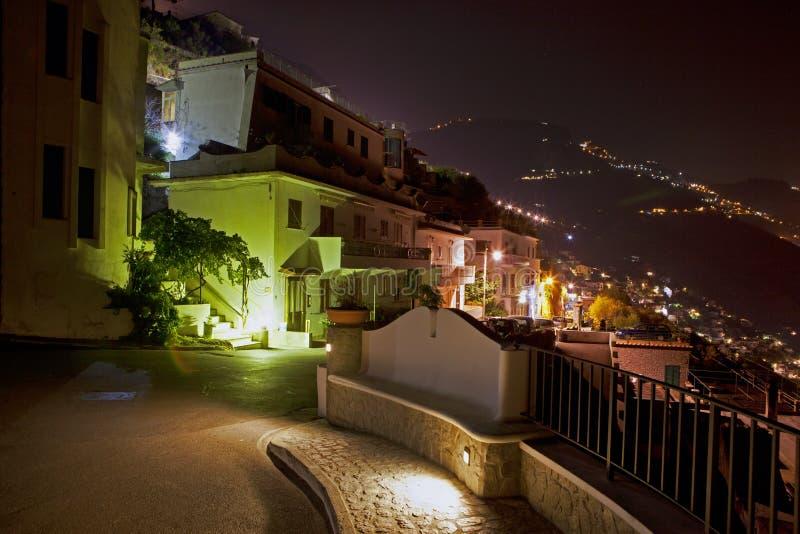 Opinião da noite de uma cidade italiana pequena 1 do beira-mar fotos de stock royalty free
