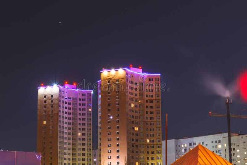 Opinião da noite de uma grande casa iluminada fotografia de stock