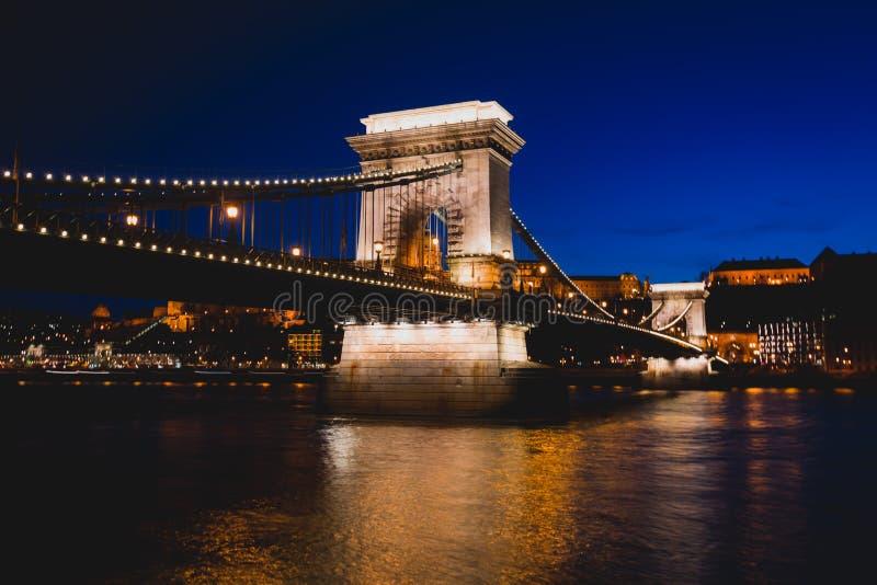Opinião da noite de uma ponte Chain famosa de Budapest Szechenyi, uma ponte de suspensão que meça o rio Danúbio entre Buda e prag foto de stock royalty free