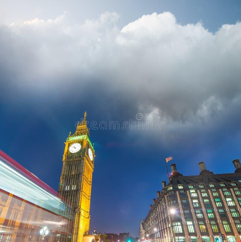 Opinião da noite de Westminster com Big Ben - a Londres, Reino Unido foto de stock