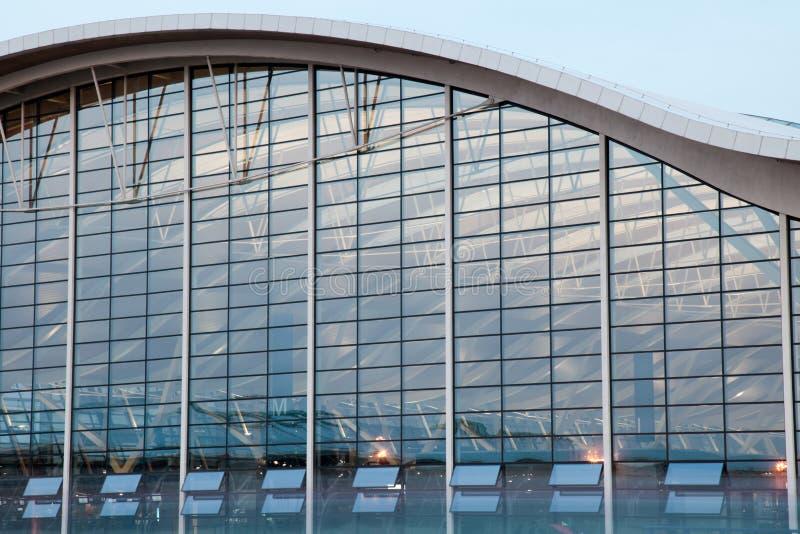 Opinião da noite do aeroporto fotos de stock royalty free