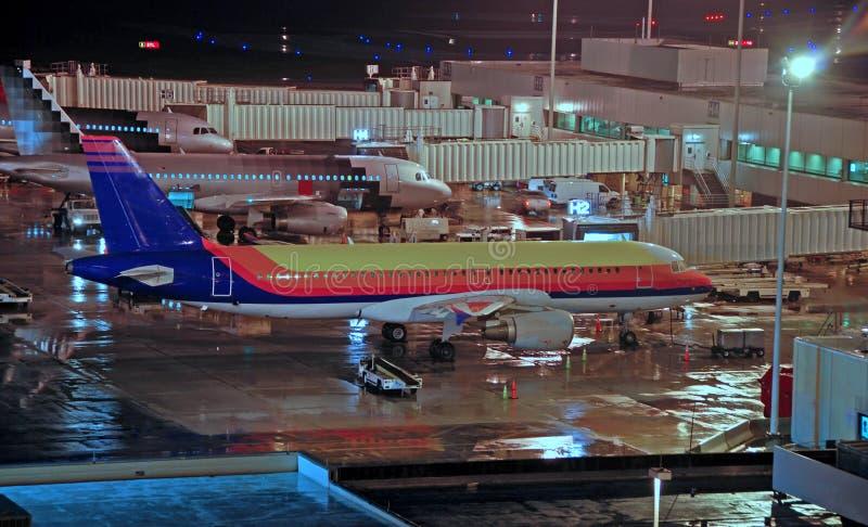 Opinião da noite do aeroporto fotografia de stock royalty free